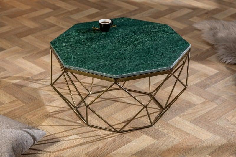 Hranatý konferečný stolík s doskou zo zeleného mramoru je ideálnou voľbou pre maximalistický štýl. Zdroj: iKuchyne.sk