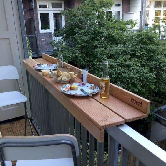Vyriešte problém s malou terasou či balkónom šikovným spôsobom - napríklad takto. Zdroj: Pinterest.com