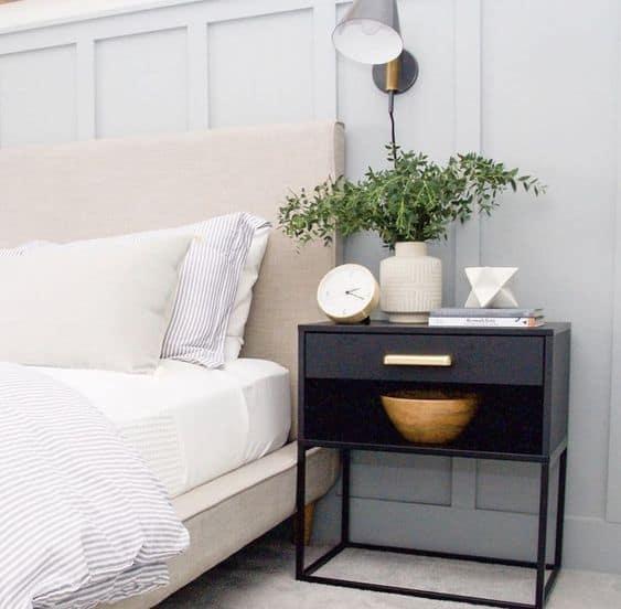 Ako zladiť nočné stolíky s posteľou, tak aby vaša spálňa pôsobila jednotne? Zdroj: Pinterest.com