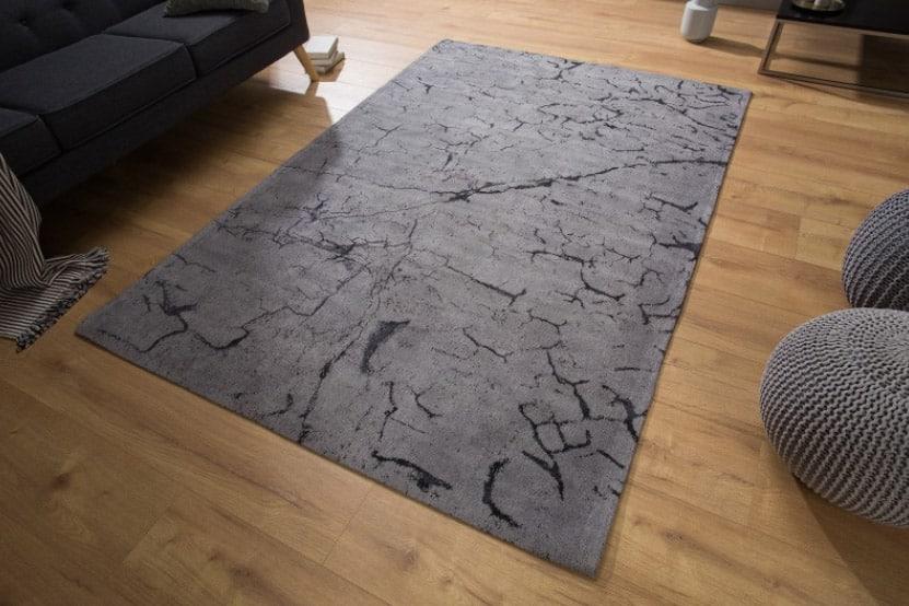 Univerzálny šedý koberec Fragments, ktorý sa výborne kombinuje v akomkoľvek interiéri. Okrem vydareného dizajnu sa vyznačuje aj priaznivou cenovkou. Zdroj: iKuchyne.sk