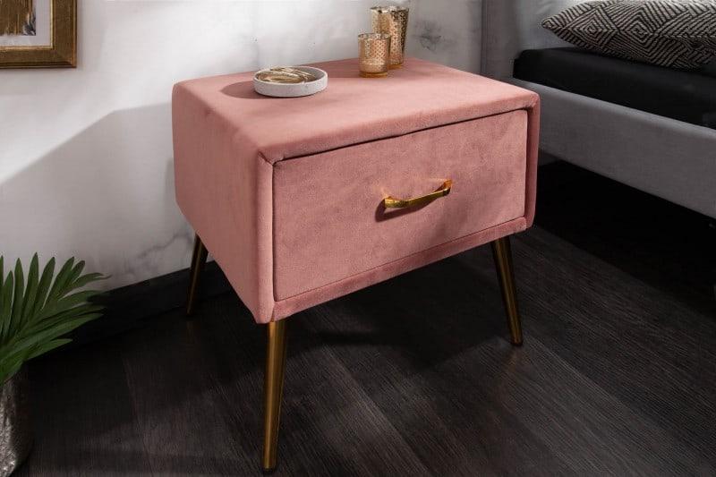 Ružový nočný stolík sa hodí k modernej posteli, no nič nim nepokazíte ani v prípade klasickejšieho vzhľadu postele. Zdroj: iKuchyne.sk