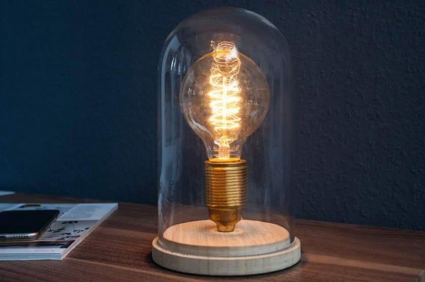Sklenené dekorácie v rôznej podobe - stolová lampa Edison z nášho e-shopu. Zdroj: iKuchyne.sk