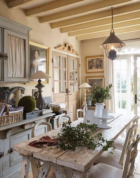 Vidiecky štýl v jedálni so zaujímavým svietidlom. Zdroj: Pinterest.com