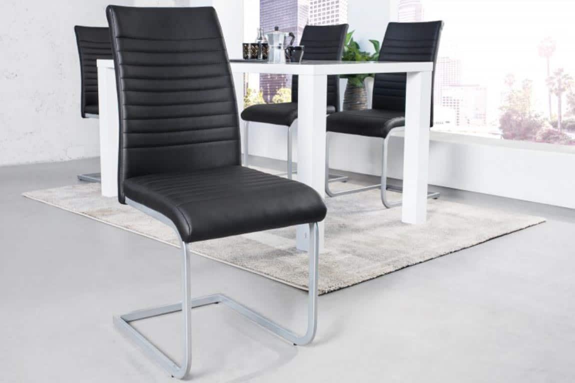 Klasická lyžinová stolička v čiernej farbe je nestarnúcou klasikou. Zdroj: iKuchyne.sk