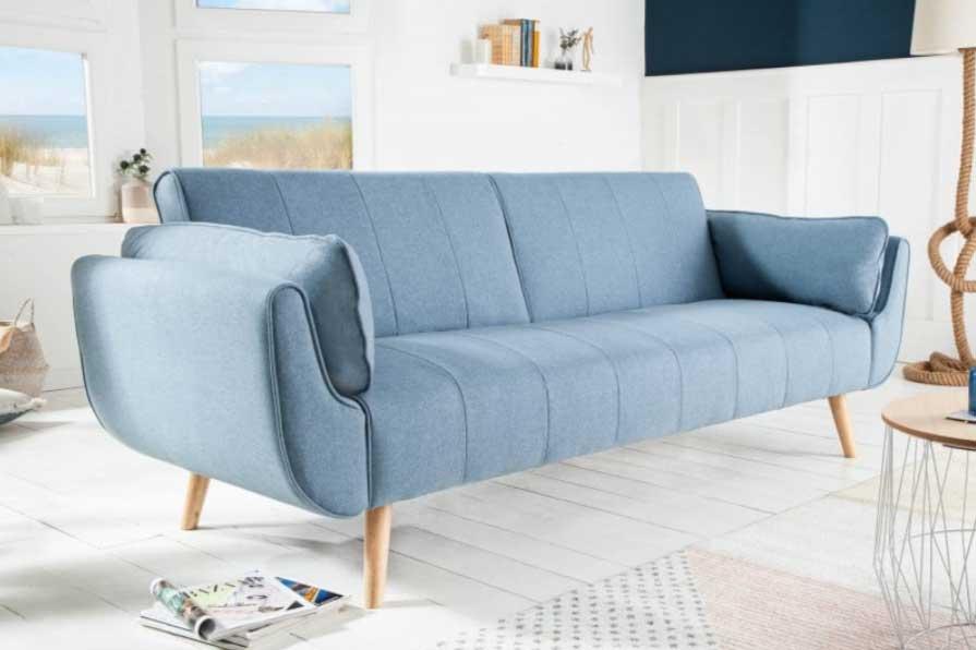 Biely interiér v spojení s modrou navodí prímorskú atmosféru. Zdroj: iKuchyne.sk