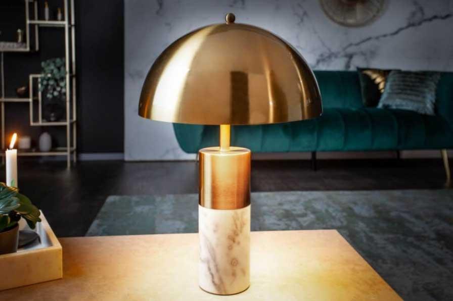 S touto stolovou lampou v zlatom prevedení bude obývacia izba výborne odrážať eleganciu. Zdroj: iKuchyne.sk