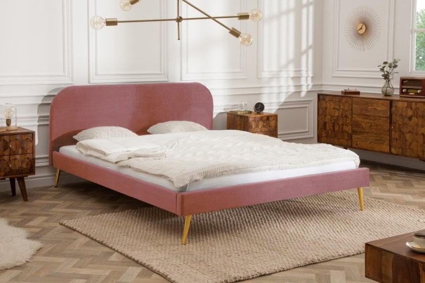 Taliansky dizajn má svoje miesto aj v spálni – ružová farba postele dodá neutrálnemu vzhľadu spálne oživenie. Zdroj: iKuchyne.sk