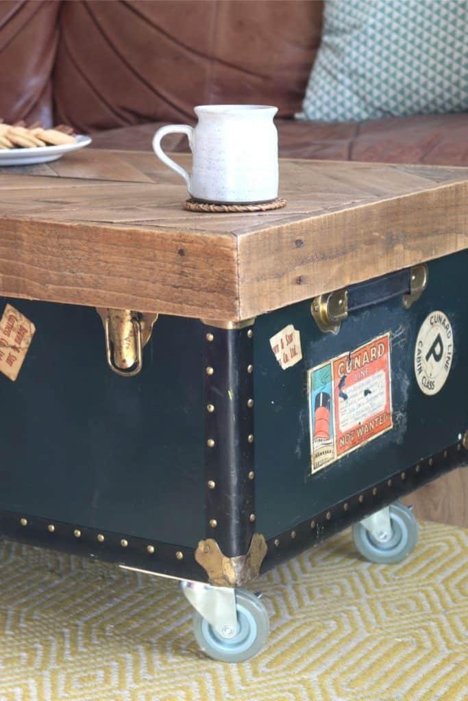 Starý kufor ako konferenčný stolík ideálny k retro, či industriálnemu štýlu. Zdroj: Pinterest.com