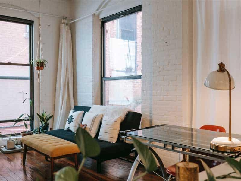 Biely interiér s našimi radami zariadite jednoducho. Zdroj: Pexels.com