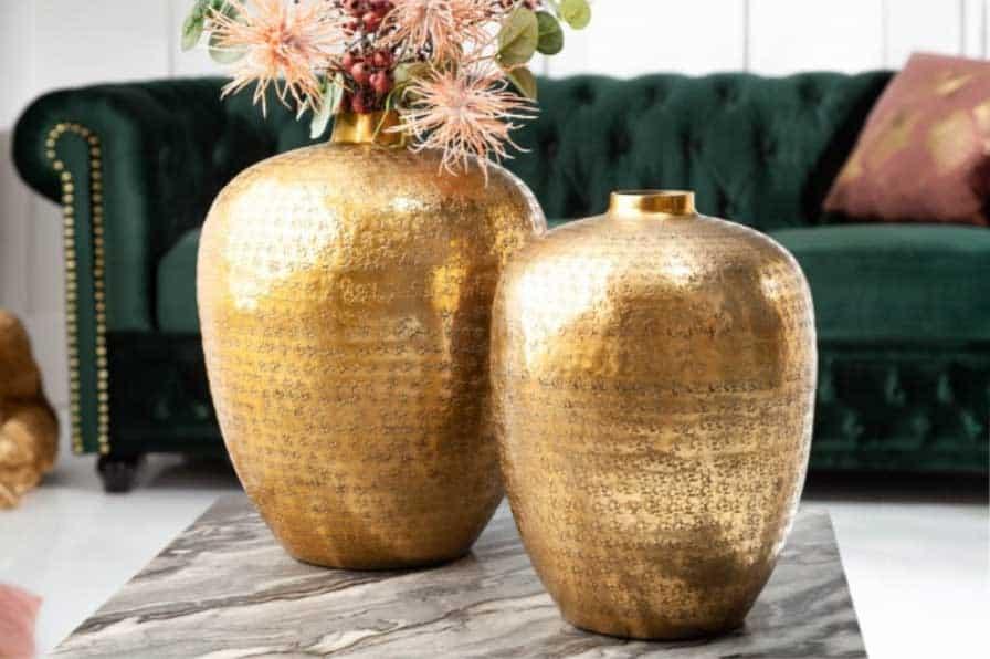 Set dvoch váz v zlatej farbe budú v obývacej izbe perfektným pútačom očí. Zdroj: iKuchyne.sk