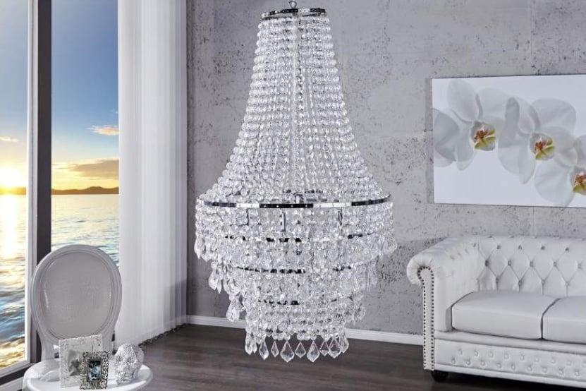 Osvetlenie, ktoré je pútačom pre taliansky dizajn – veľkolepý luster s ligotavými krištáľmi. Zdroj: iKuchyne.sk