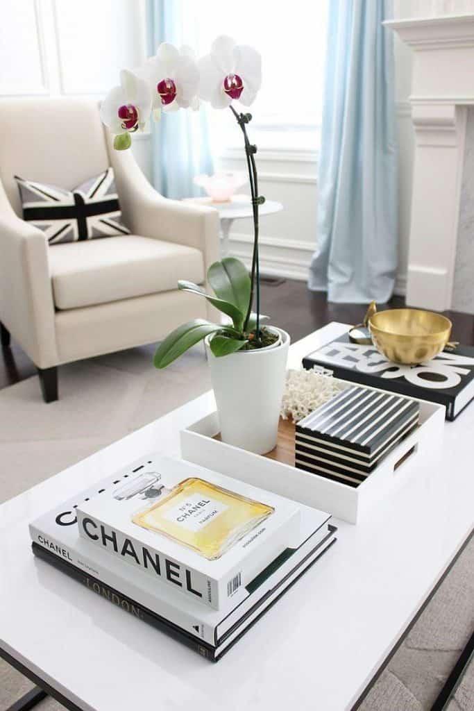 Vkusná dekorácia bytových doplnkov na konferenčnom stole. Zdroj: Urbancompany.com