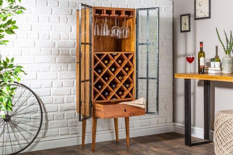 Ručne vyrobený regál na víno z masívneho dreva z agátu môže zdobiť aj váš domov. Zdroj: iKuchyne.sk