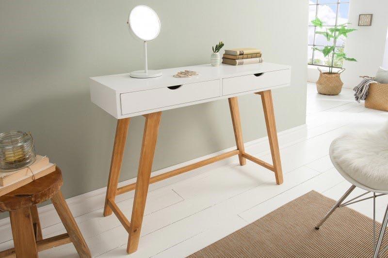 Potešte aj vy svoju polovičku bielym toaletným stolíkom s drevenými nôžkami. Zdroj: iKuchyne.sk