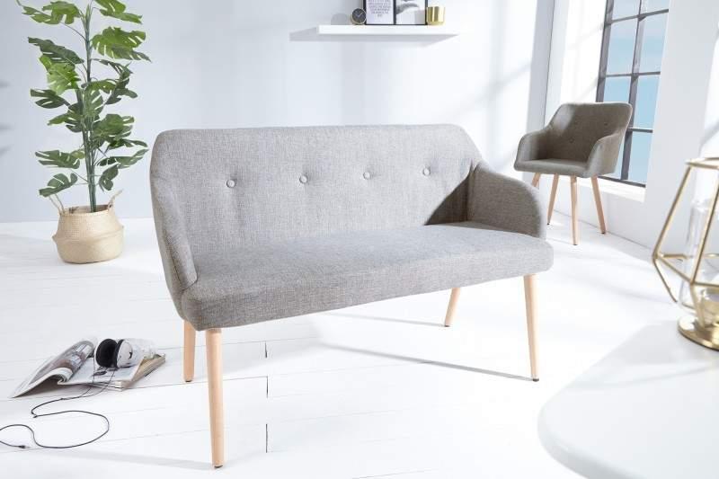 Škandinávsky štýl v podaní jedoduchej sedačky so svetlou podlahou a rastlinami. Zdroj: iKuchyne.sk