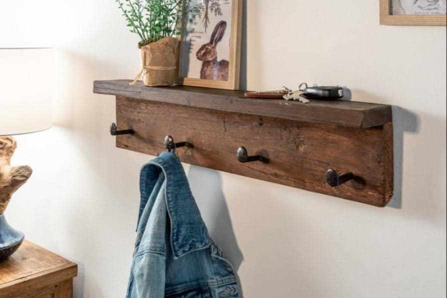 Keďže nástenný vešiak Hemingway je vyrobený z dreva, odporúčame ho najmä do rustikálnejšie a vidieckejšie zariadených domácností. Perfektne tomu zodpovedá aj jeho dizajn. Zdroj: iKuchyne.sk