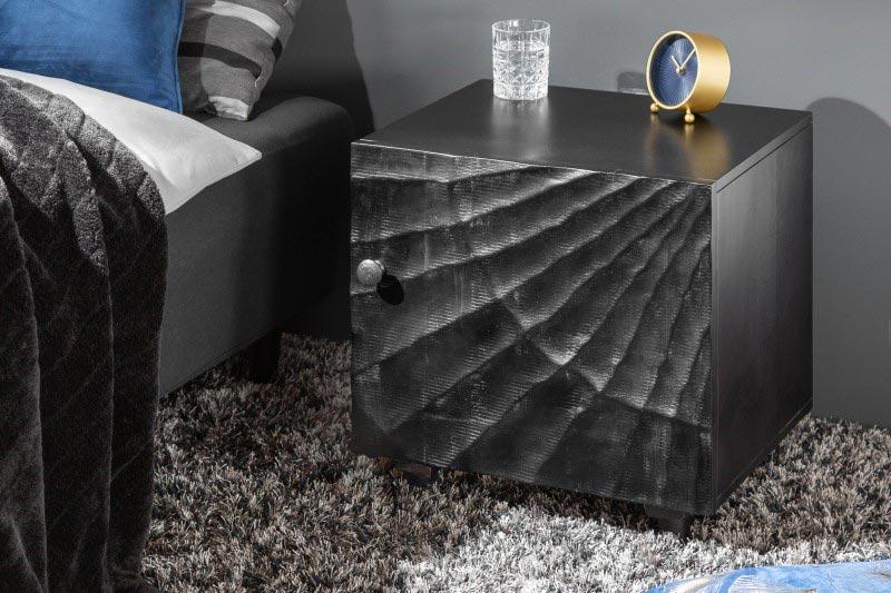 Čierny minimalistický stolík umiestnite hneď vedľa postele. Zdroj: iKuchyne.sk
