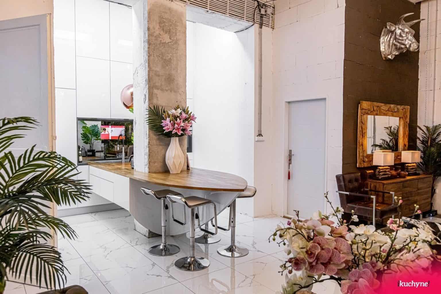 Kamenná dlažba je obľúbená voľba pri rozhodovaním aká podlaha do kuchyne je vhodná. Ľahko sa udržuje, čistí a vyzerá rovnako dobre ako drevená. Zdroj: iKuchyne.sk