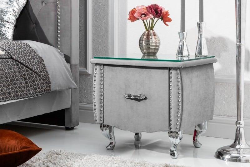 Priamo k tomuto stolíku je možné dokúpiť posteľ v rovnakom dizajne. Nájdete ju na našom eshope, pod názvom Extravagancia. Zdroj: iKuchyne.sk