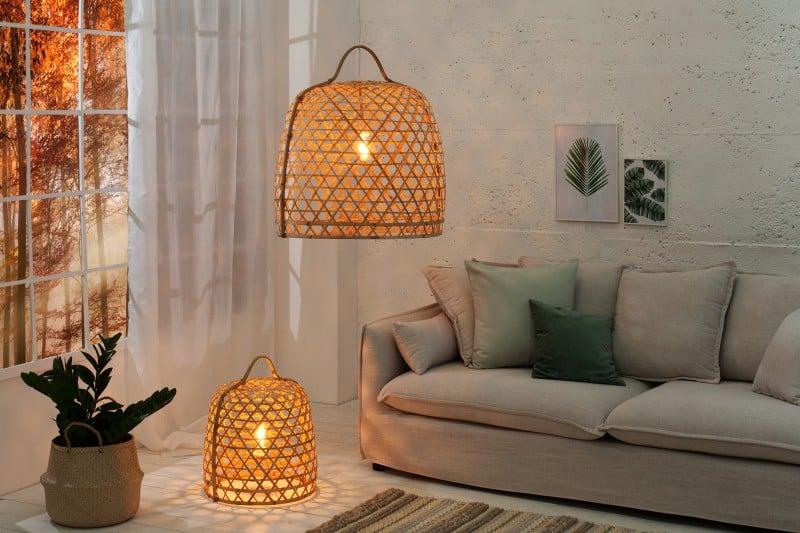 Závesná lampa vyrobená z bambusových paličiek. Zdroj: iKuchyne.sk