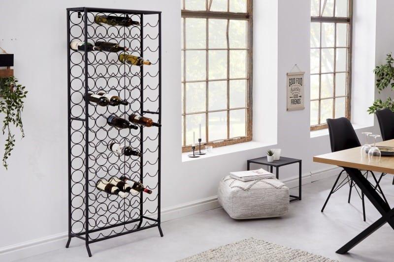 Jednoduchý, no výnimočne praktický kovový regál pojme veľké množstvo fliaš s vínom aj vo vašej pivnici. Zdroj: iKuchyne.sk