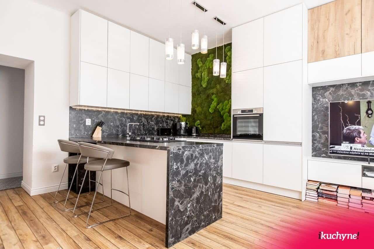 Svetlé drevo rozjasní kuchyňu. Zdroj: iKuchyne.sk