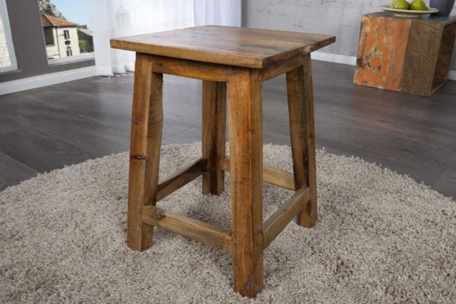 Taburetka, ktorá nápadne pripomína nábytok u vašich starých rodičov, je stále obľúbeným kúskom. Zdroj: iKuchyne.sk