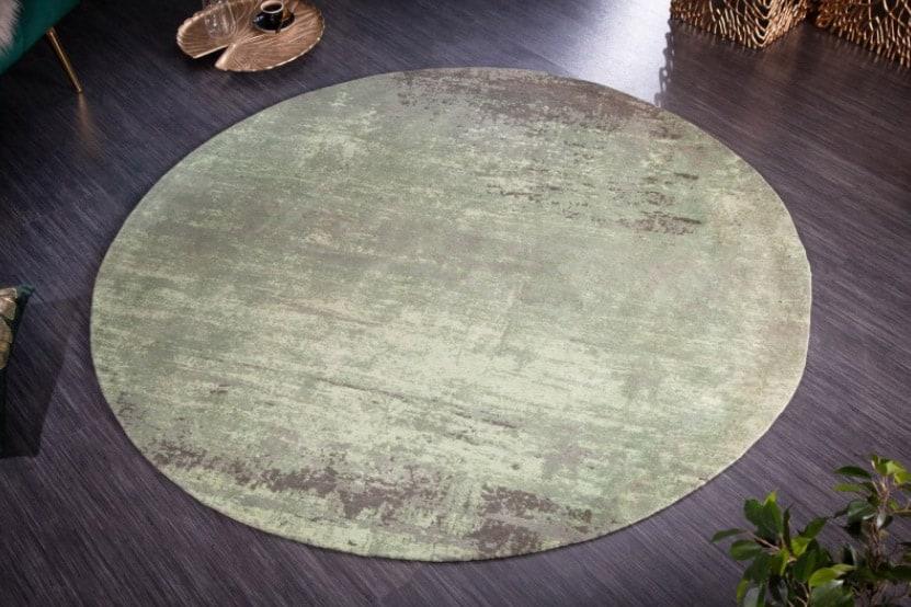 Okrúhly koberec je obľúbenou voľbou pod jedálenský stôl, najmä v menších bytoch a miestnostiach. Zdroj: iKuchyne.sk