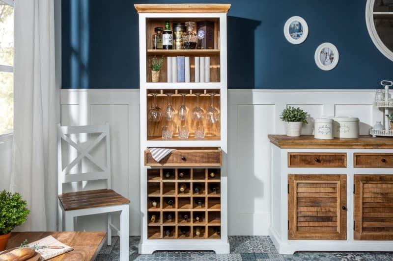 Nádherný biely regál s drevom vo vnútorných poličkách a knihy pasujú do obývačky alebo jedálne spojenej s obývacou izbou. Zdroj: iKuchyne.sk