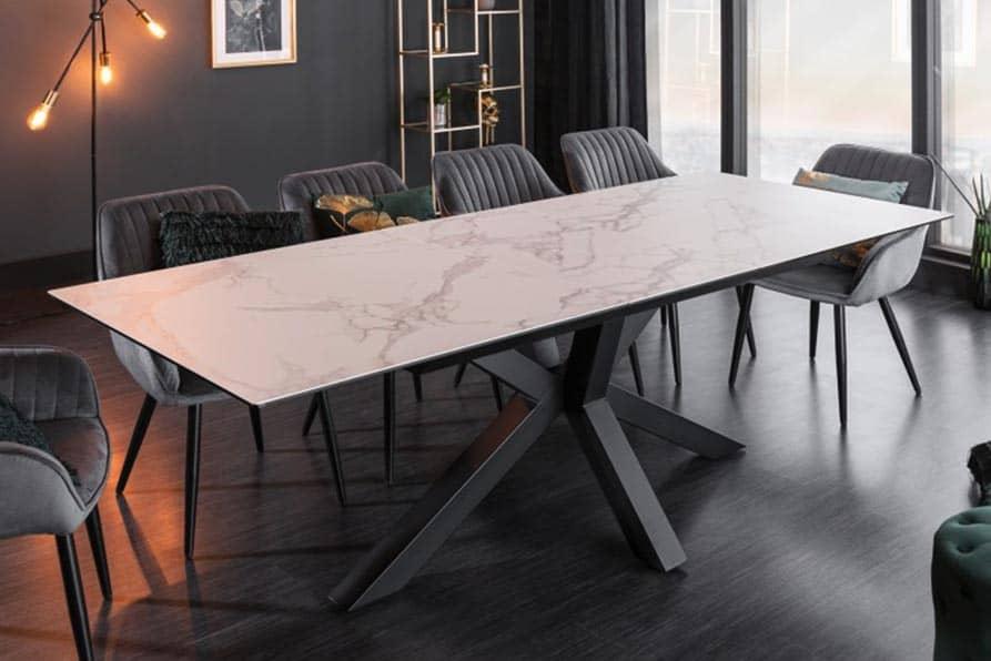 Keramický jedálenský stôl pripomínajúci kameň korešponduje s moderným zariadením bytu. Zdroj: iKuchyne.sk