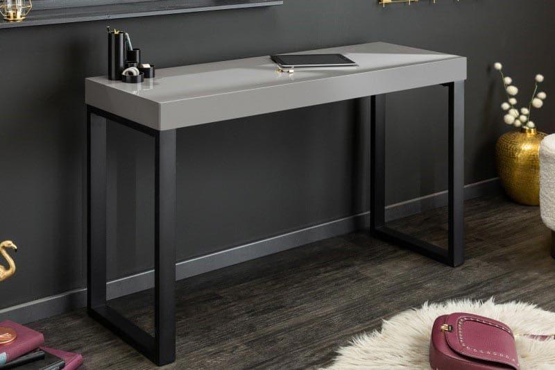 Elegantný čierno-sivý stolík sa hodí do tmavšej miestnosti. zdroj: iKuchyne.sk
