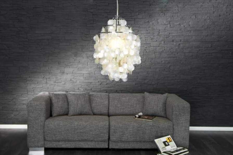Obývacia izba so závesnou lampou v modernej variácii francúzskeho štýlu. Zdroj: iKuchyne.sk