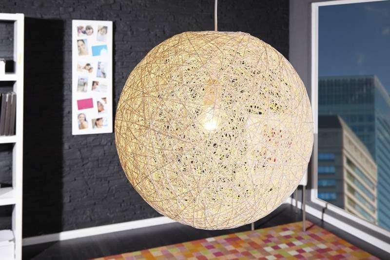 Biele závesné svietidlo z prírodných materiálov, ktoré doplní váš minimalistický priestor. Zdroj: iKuchyne.sk