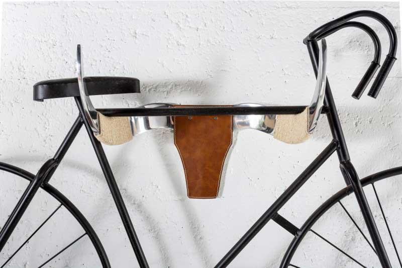Držiak na bicykel v tvare býčej hlavy je pre pánsky interiér skvelým pútačom pozornosti. Foto: iKuchyne.sk