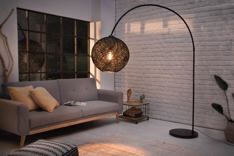 Stojaca lampa je ideálna voľba pre bytové doplnky, vďaka ktorej získate zdroj svetla na konkrétne miesto. Zdroj: iKuchyne.sk