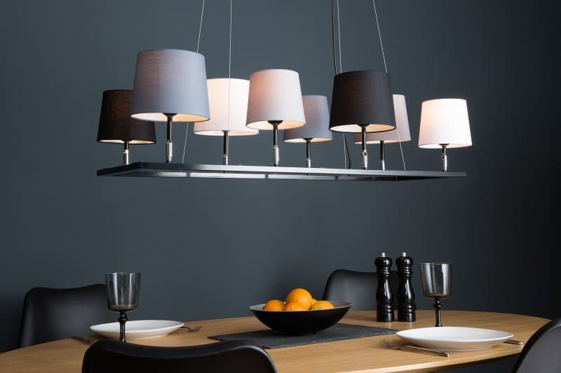Bodový závesný luster osvetlí celý jedálenský stôl. Zdroj: iKuchyne.sk