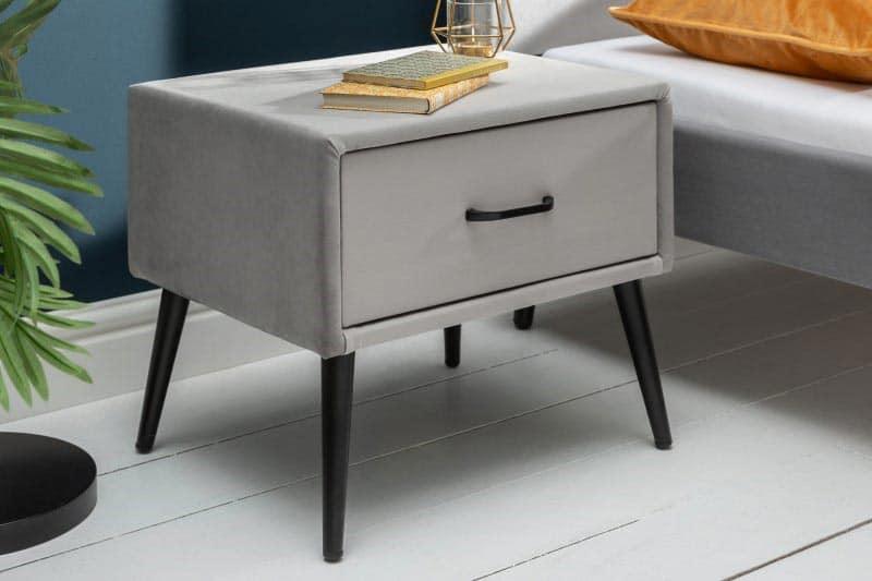 Jednoduchému zamatovému stolíku v sivej farbe sa potešia dámy, ktoré vlastnia pár kvalitných šminiek. Zdroj: iKuchyne.sk