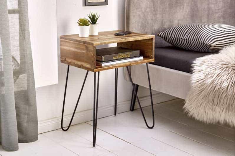 Aj malá rastlina dokáže oživiť priestor na nočnom stolíku. Zdroj: iKuchyne.sk