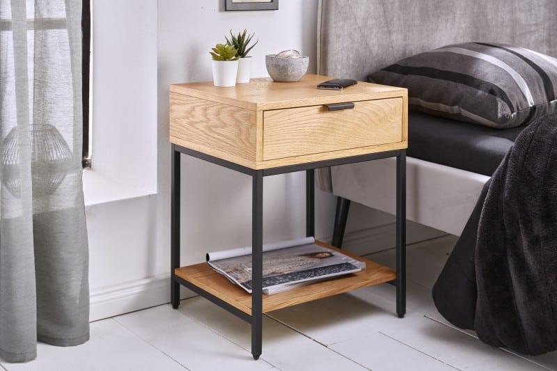Kombináciou dreva a kovového rámu nikdy nič nepokazíte, to platí aj v prípade tohto nočného stolíka. Zdroj: iKuchyne.sk