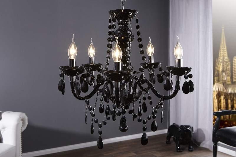 Luxusné svietidlo doplnené kryštálmi je pre vidiecky štýl ako stvorený. Zdroj: iKuchyne.sk