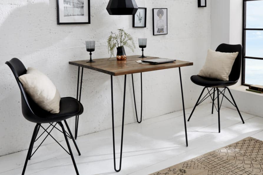 Štvorcový stôl ideálne pre dvoch v industriálnom štýle nielen na romantické večere, ktorý je vhodný do menšieho bytu. Zdroj: iKuchyne.sk