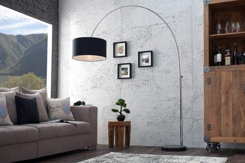 Keby stojanová lampa nemala tienidlo, žiarovka by svietila priamo do očí. Zdroj: iKuchyne.sk