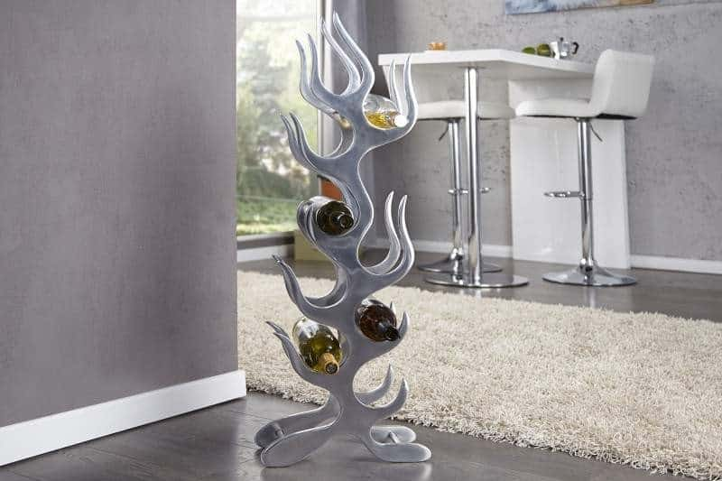Abstraktný hliníkový stojan na víno je menšia, no praktická dekorácia do obývačky. Zdroj: iKuchyne.sk
