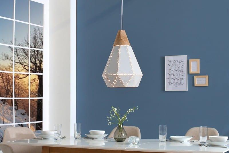 Závesné osvetlenie v neutrálnej farbe dokonalo vystihuje škandinávsky štýl. Zdroj: iKuchyne.sk
