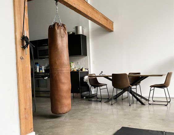 Boxovacie vrece sa dokonalo vystihuje pánsky interiér. Zdroj: Pinterest.com