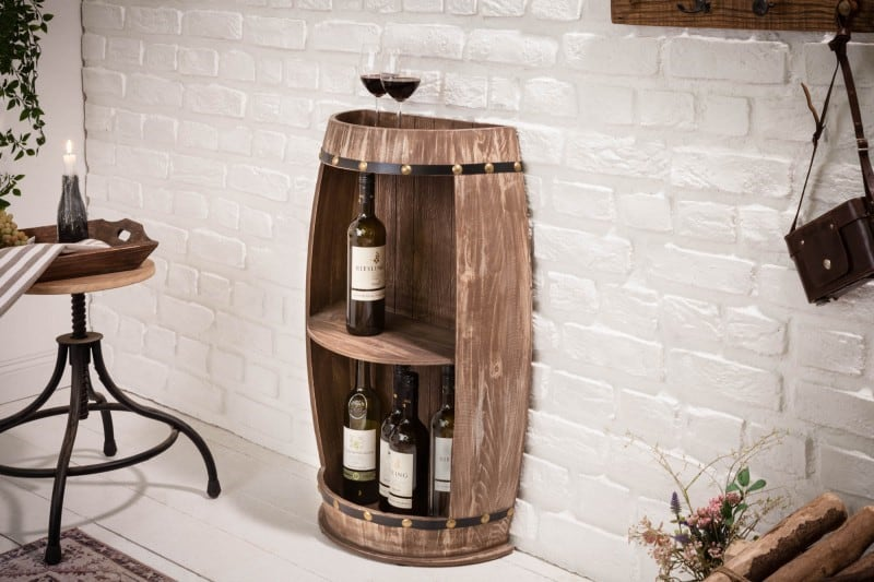 Autentický regál na víno sa hodí ako dekorácia do dlhej chodby. Zdroj: iKuchyne.sk