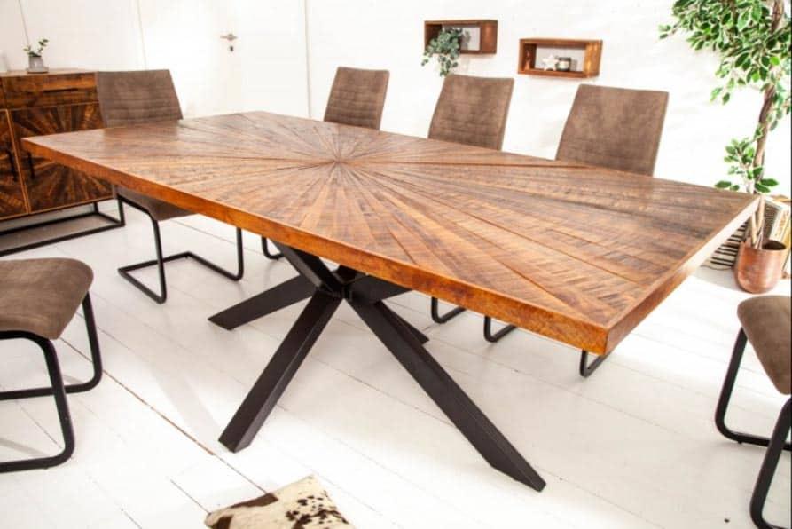 Štýlový stôl z masívu v industriálnom štýle s hviezdicovým rámom. Zdroj: iKuchyne.sk