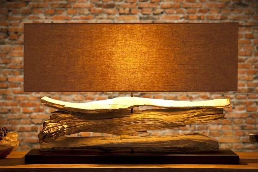 Bežová stolová lampa – skvelý doplnok do spálne. Zdroj: iKuchyne.sk
