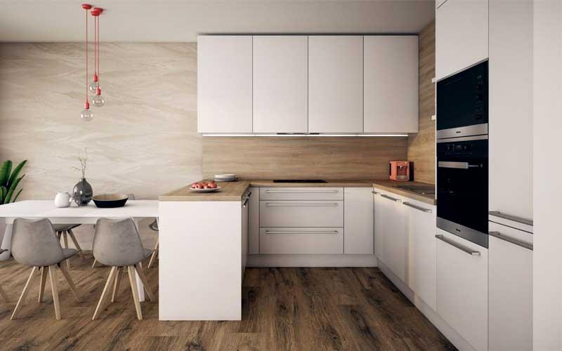 Elegantná kuchynská linka po strop vytvorila harmonickú symbiózu v miestnosti. Zdroj: iKuchyne.sk