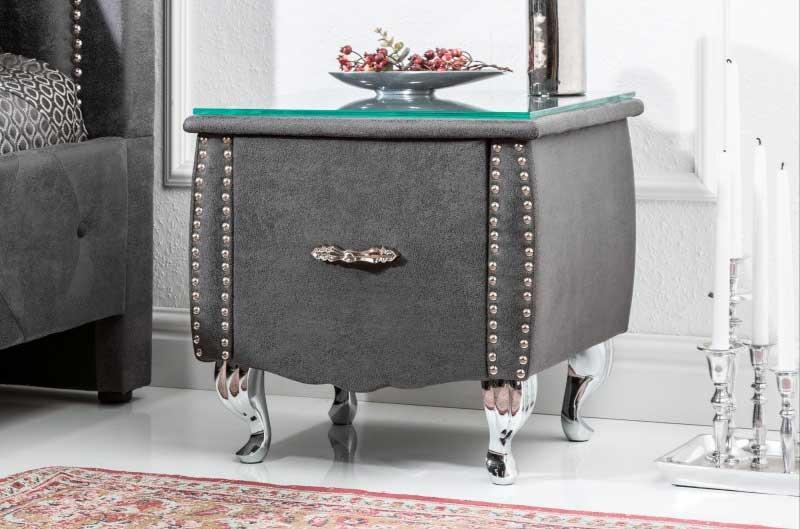 Na nočný stolík so skleneným povrchom sa odporúča dať obrus, ktorý stlmí zvuk pri pokladaní predmetov. Zdroj: iKuchyne.sk